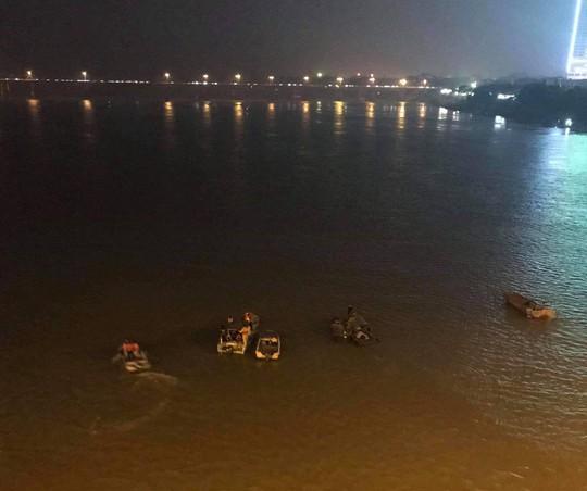 Ô tô lao từ cầu Chương Dương xuống sông: Tìm thấy xe Mercedes và 2 nạn nhân bên trong - Ảnh 10.