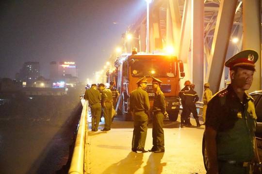 Ô tô lao từ cầu Chương Dương xuống sông: Tìm thấy xe Mercedes và 2 nạn nhân bên trong - Ảnh 4.