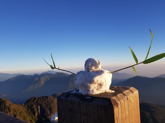 Du khách thích thú đùa nghịch với băng tuyết trên đỉnh Fansipan - Ảnh 7.
