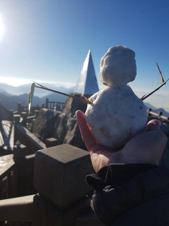 Du khách thích thú đùa nghịch với băng tuyết trên đỉnh Fansipan - Ảnh 3.