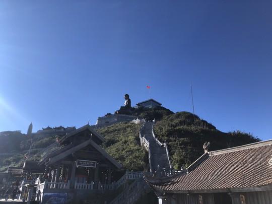 Du khách thích thú đùa nghịch với băng tuyết trên đỉnh Fansipan - Ảnh 5.