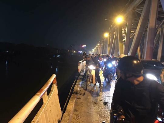 Ô tô lao từ cầu Chương Dương xuống sông: Tìm thấy xe Mercedes và 2 nạn nhân bên trong - Ảnh 2.