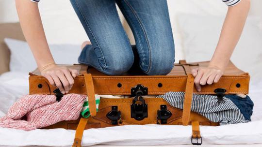 Bí quyết xếp hành lý du lịch gọn nhẹ, đầy đủ - Ảnh 1.