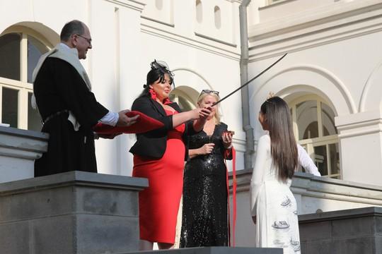 Hoa hậu Hoàn vũ nhí Ngọc Lan Vy được Hoàng gia Georgia phong tước - Ảnh 2.