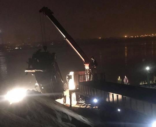 Ô tô lao từ cầu Chương Dương xuống sông: Tìm thấy xe Mercedes và 2 nạn nhân bên trong - Ảnh 15.