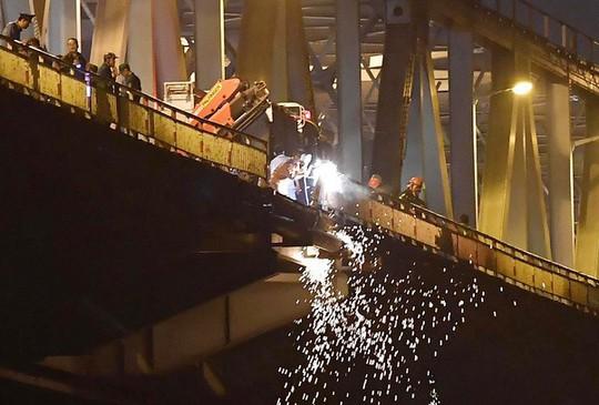 Ô tô lao từ cầu Chương Dương xuống sông: Tìm thấy xe Mercedes và 2 nạn nhân bên trong - Ảnh 16.