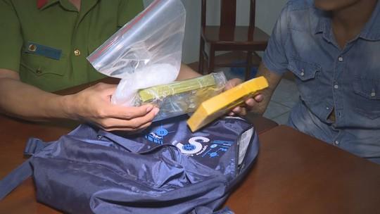 Vây bắt đối tượng vận chuyển 2 bánh heroin và hơn 300 gam ma túy đá - Ảnh 2.