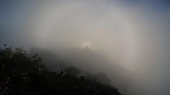 Ánh sáng đẹp kỳ ảo, khó tin trên đỉnh Fansipan - Ảnh 3.