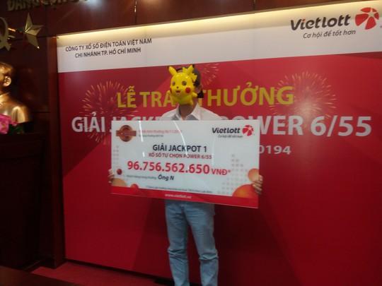 Người trúng Vietlott gần 97 tỉ đồng đeo mặt nạ Pikachu lên lãnh giải - Ảnh 1.