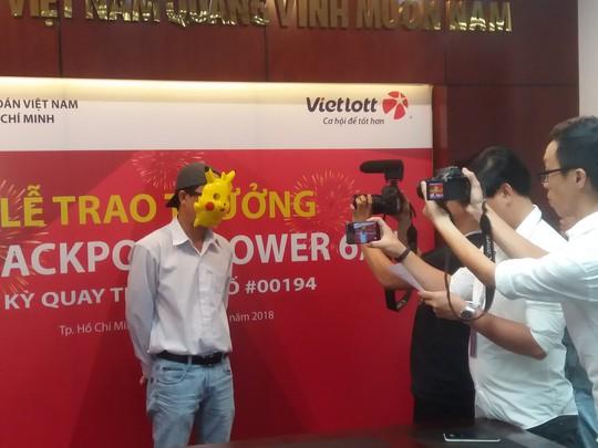 Người đàn ông trúng gần 97 tỷ Vietlott đeo mặt nạ Pikachu lên nhận giải 2