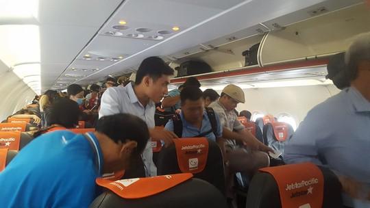 Bay rồi lại hoãn vô hạn định, gần 100 hành khách vật vờ - Ảnh 1.