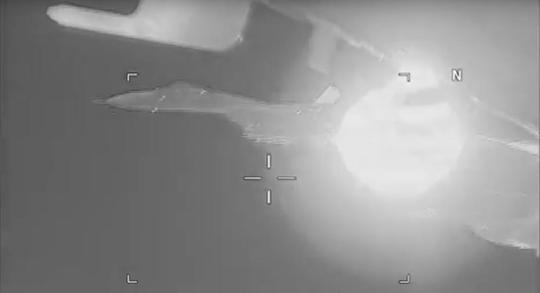 Su-27 của Nga bị tố xả khói vào mặt máy bay do thám Mỹ - Ảnh 3.