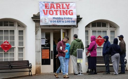 Bầu cử giữa kỳ Mỹ: Vừa đóng cửa phòng phiếu đã giằng co quyết liệt - Ảnh 1.