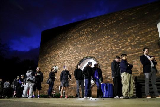 Bầu cử Mỹ: Kỷ lục sớm, máy bỏ phiếu trục trặc và bức ảnh cảm động của ông McCain - Ảnh 3.