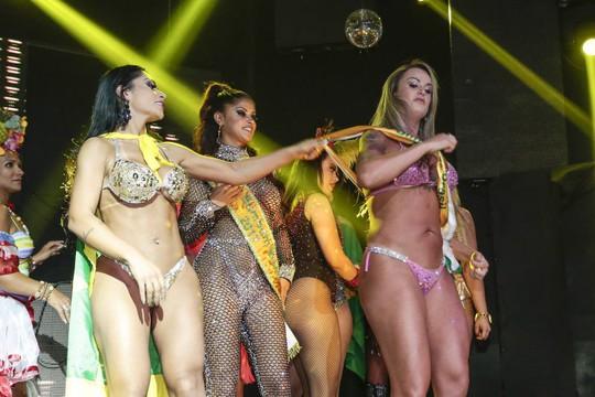 Giành ruy-băng vinh danh, hỗn loạn chung kết Hoa hậu vòng ba - Ảnh 4.
