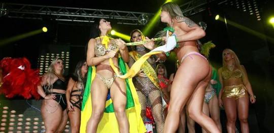Giành ruy-băng vinh danh, hỗn loạn chung kết Hoa hậu vòng ba - Ảnh 1.