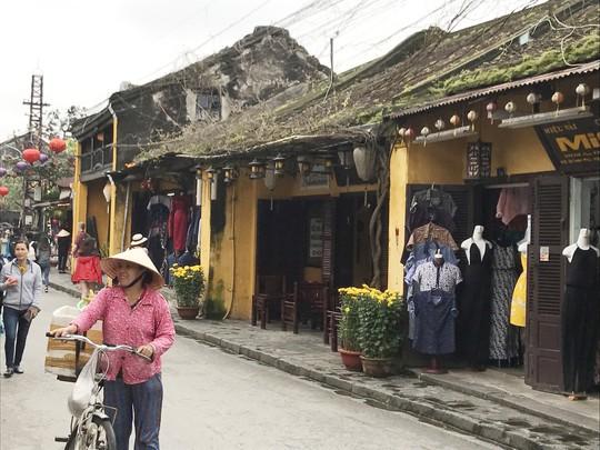 Gần 13 triệu lượt khách đến Việt Nam - Ảnh 1.