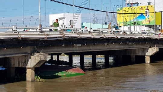 4 người suýt chết khi sà lan chui qua cầu bị chìm - Ảnh 1.