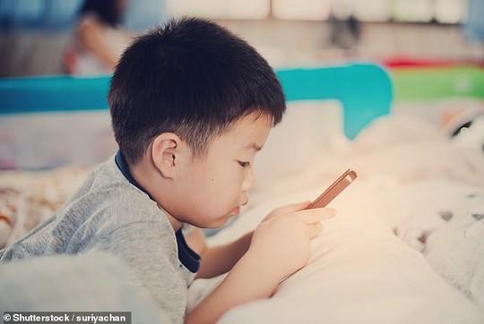 Trẻ ghiền smartphone: liên quan đến 12 loại ung thư chết người! - ảnh 1