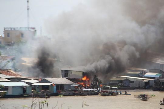 Người già, trẻ nhỏ chạy tán loạn khi cháy dãy nhà ven chợ nổi Cái Răng - Ảnh 1.