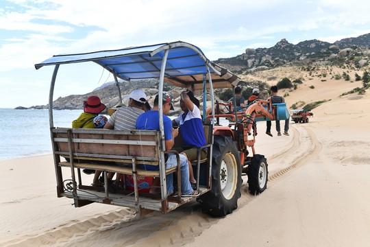 Máy cày, xe bọ hung độc đáo chuyên chở du khách ở Mũi Dinh - Ảnh 10.