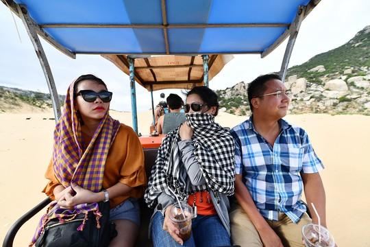 Máy cày, xe bọ hung độc đáo chuyên chở du khách ở Mũi Dinh - Ảnh 11.