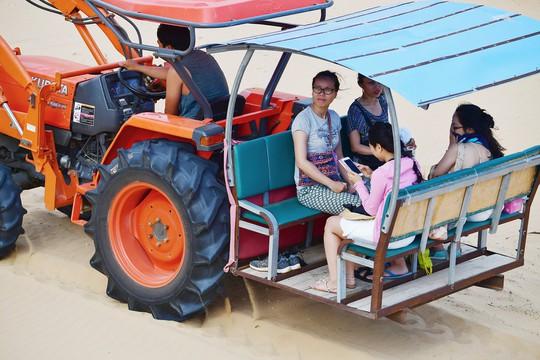 Máy cày, xe bọ hung độc đáo chuyên chở du khách ở Mũi Dinh - Ảnh 12.