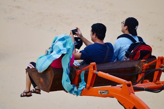 Máy cày, xe bọ hung độc đáo chuyên chở du khách ở Mũi Dinh - Ảnh 13.