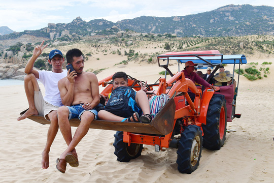 Máy cày, xe bọ hung độc đáo chuyên chở du khách ở Mũi Dinh - Ảnh 4.