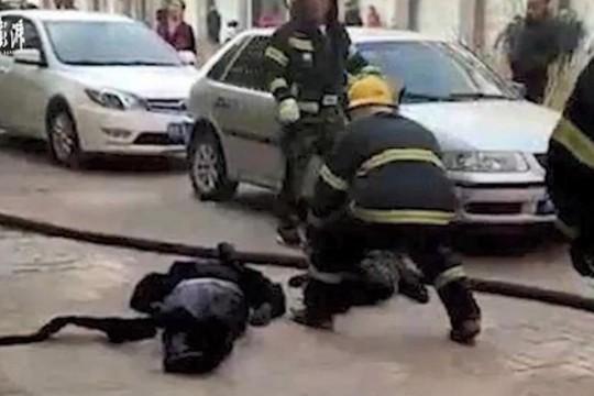 Mẹ che cho con trong vụ nổ xe điện, cả hai đều chết thảm - ảnh 1