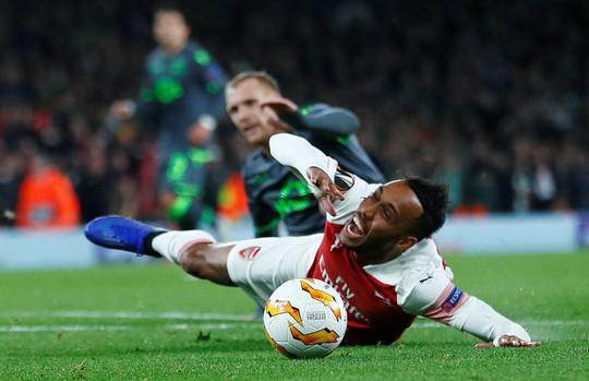 Welbeck cấp cứu thở oxy, Arsenal đi tiếp tại Europa League - Ảnh 5.