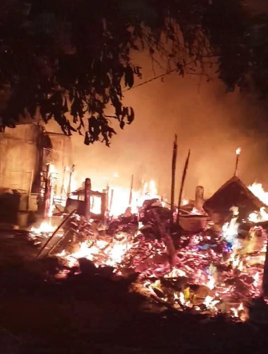 Đốt rác gây hỏa hoạn kinh hoàng giữa đêm ở Gò Vấp - Ảnh 1.