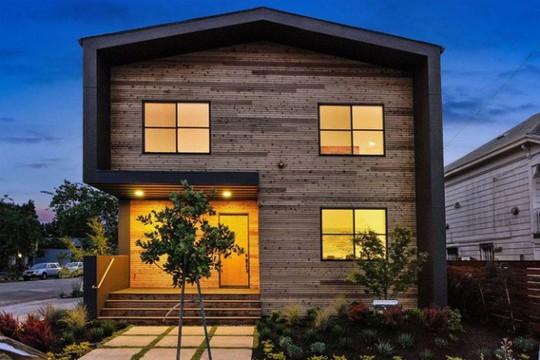 Ngôi nhà gỗ đơn giản bên ngoài, hiện đại bên trong - Ảnh 1.