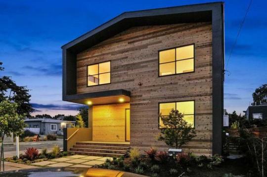 Ngôi nhà gỗ đơn giản bên ngoài, hiện đại bên trong - Ảnh 3.