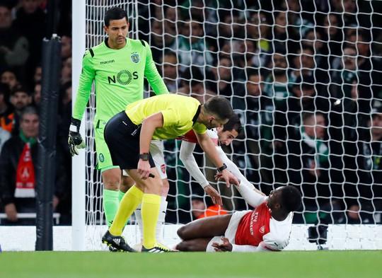 Welbeck cấp cứu thở oxy, Arsenal đi tiếp tại Europa League - Ảnh 2.