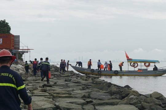 Đà Nẵng huy động lực lượng ứng cứu tàu chở dầu đâm vào chân cầu cảng - Ảnh 4.