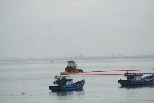 Đà Nẵng huy động lực lượng ứng cứu tàu chở dầu đâm vào chân cầu cảng - Ảnh 5.
