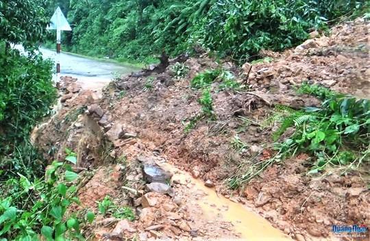 Quảng Ngãi mưa lớn, sạt lở cô lập nhiều xã vùng cao - Ảnh 2.