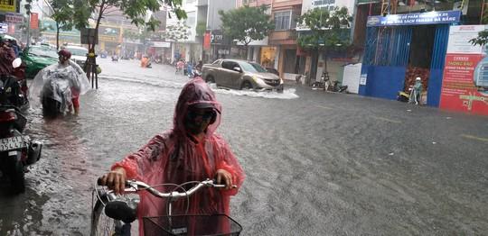 Đà Nẵng: Sau cơn mưa lớn, một số đường phố lại tiếp tục biến thành sông - Ảnh 4.