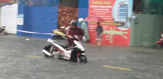 Đà Nẵng: Sau cơn mưa lớn, một số đường phố lại tiếp tục biến thành sông - Ảnh 6.
