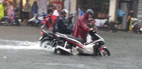 Đà Nẵng: Sau cơn mưa lớn, một số đường phố lại tiếp tục biến thành sông - Ảnh 7.