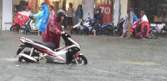 Đà Nẵng: Sau cơn mưa lớn, một số đường phố lại tiếp tục biến thành sông - Ảnh 9.