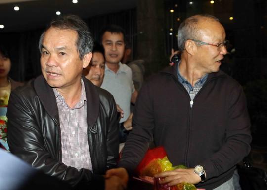 Bầu Đức trả 19,2 tỉ đồng tiền lương bổng cho HLV Park Hang-seo - Ảnh 1.