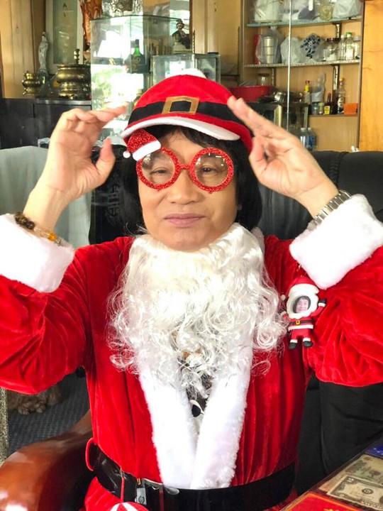 Minh Vương hóa thân ông già Noel trong ngày giỗ Minh Phụng - Ảnh 1.