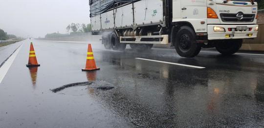 Sau mưa lớn, đường cao tốc Đà Nẵng – Quảng Ngãi 34.500 tỉ đầy ổ gà - Ảnh 5.
