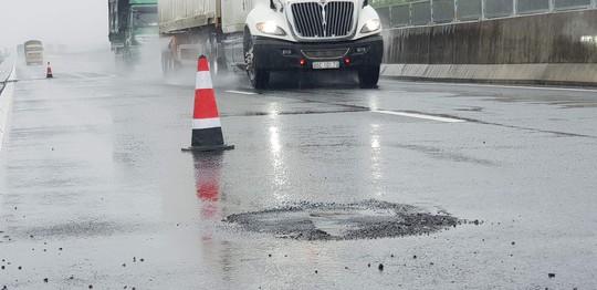 """Sau mưa lớn, đường cao tốc Đà Nẵng – Quảng Ngãi 34.500 tỉ đầy """"ổ gà"""""""