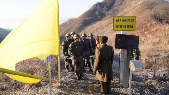 Binh sĩ liên Triều lần đầu tiên vượt qua DMZ trong hòa bình - Ảnh 2.