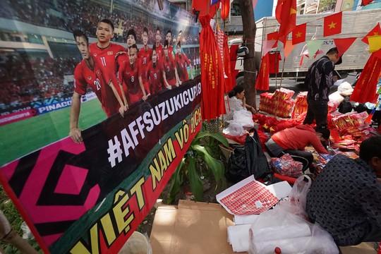 Người TP HCM nườm nượp mua sẵn cờ, áo đỏ cổ vũ tuyển Việt Nam - Ảnh 9.