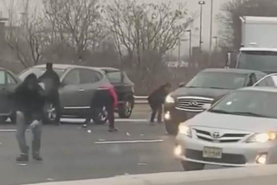 Mỹ: Dừng xe trên đường cao tốc nhặt tiền rơi - Ảnh 1.