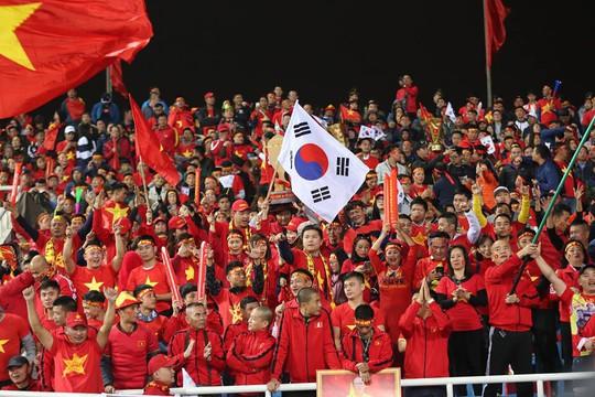 Khắp nơi xuống đường mừng chức vô địch AFF Cup 2018 - Ảnh 1.